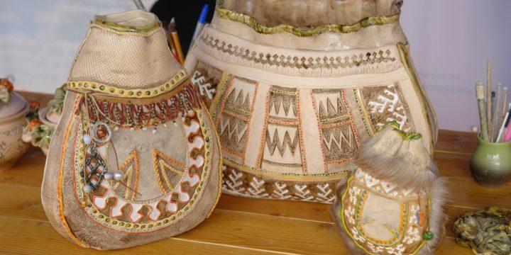 (Русский) Керамическая декоративная сумка «Туча» и шкатулки «Северная ягода морошка» из Ямала.
